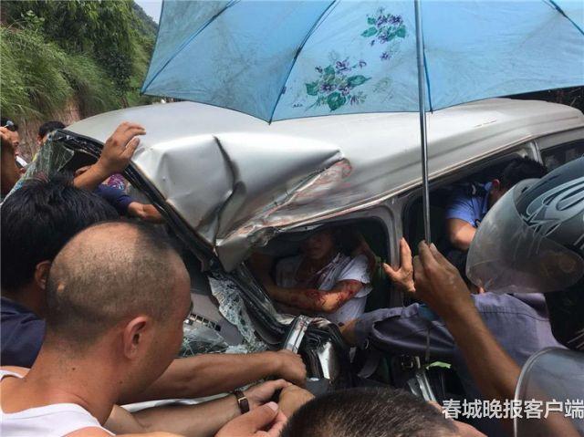 紧急救援!云南昭通一微型车司机被卡在车内
