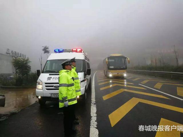 4岁男孩车祸受伤 云南曲靖交警抱着他安抚