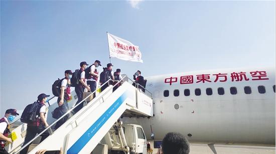 中国赴老挝抗疫医疗专家组启程 12名专家由云南选派