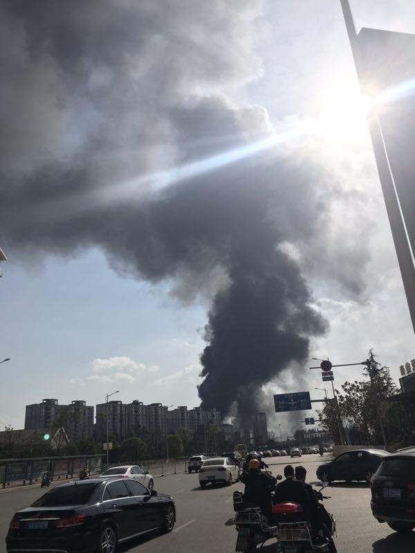 昆明官渡区一废弃厂房起火