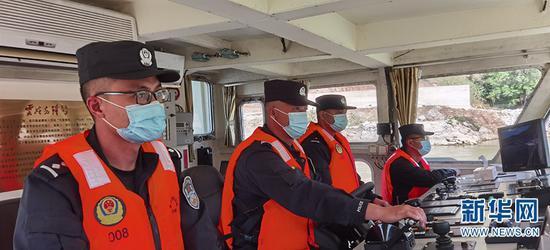 艇员正在巡逻(摄于2月11日)。新华网发(供图)
