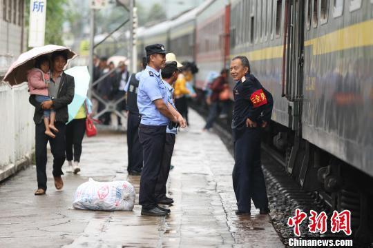 杨绍院在拉鲊站工作。 周银 摄