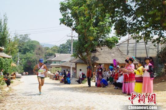 图为当地村民自发在赛道边为参赛选手加油 陈静 摄
