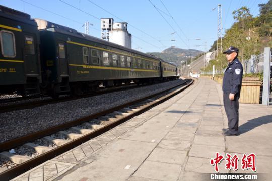 图为徐跃在站台上接送旅客列车。 钟欣 摄