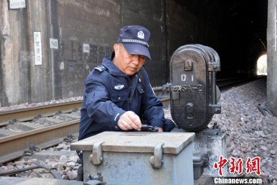 图为徐跃在对铁路设施设备进行检查。 钟欣 摄