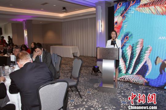 加拿大云南总商会会长朱燕(右)在商务推荐会上介绍云南营商环境、招商引资方向及代表性重点项目等。余瑞冬 摄