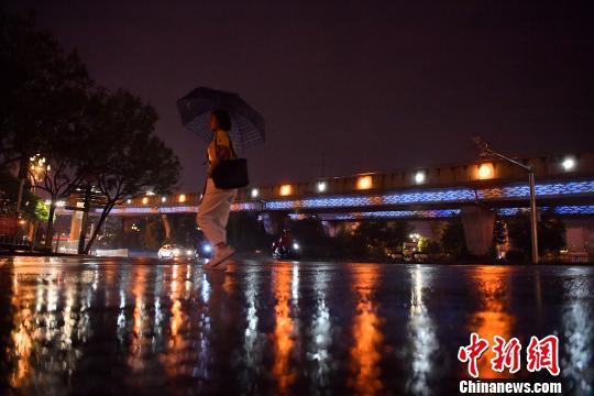 22日晚,昆明城区迎来久违的雨水。 刘冉阳 摄