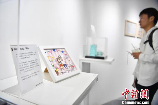 图为现场展示的失恋物品 刘冉阳 摄