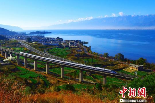 图为一辆动车组列车经过云南大理洱海边(资料图)。 付世凯 摄