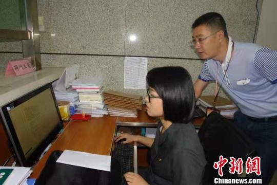 图为法院工作人员在办理跨省域立案。景洪市法院供图