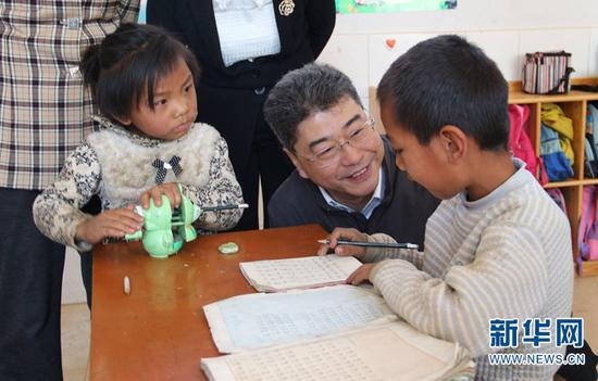 调研组在当地学校进行调研。