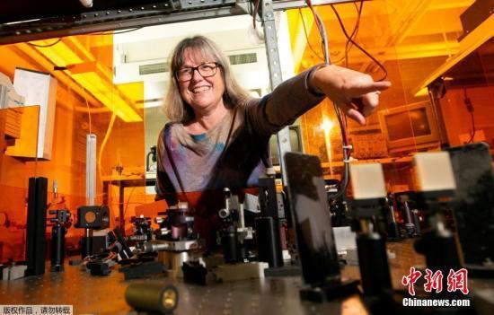 资料图:当地时间2018年10月2日,2018年诺贝尔物理学奖得主、加拿大科学家唐纳·斯特里克兰,向媒体展示实验室。