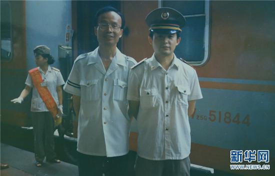 孙昆育1990年参加工作,刚开始从事列车乘务员的工作,图为年轻时的孙昆育(右一)