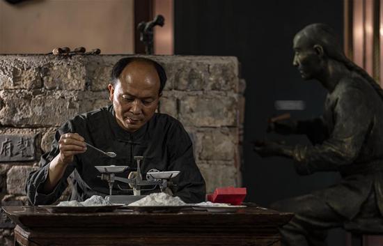李国伟在云南保山市永子棋厂调配原料(5月12日摄)。