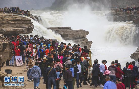 5月3日,游人在位于陕西宜川县的黄河壶口瀑布景区游览。 新华社发(兰华 摄)