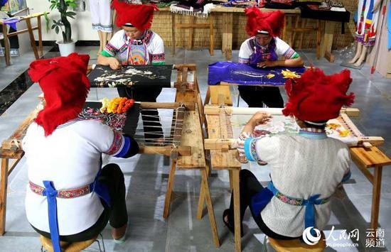 王陆芬和绣娘们一起做刺绣。摄影:陆安恒