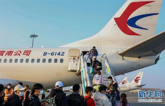 在昆明长水国际机场,100余名务工人员乘坐东航包机前往山东烟台返岗复工(2月26日摄)。 新华社发(叶勤茹 摄)