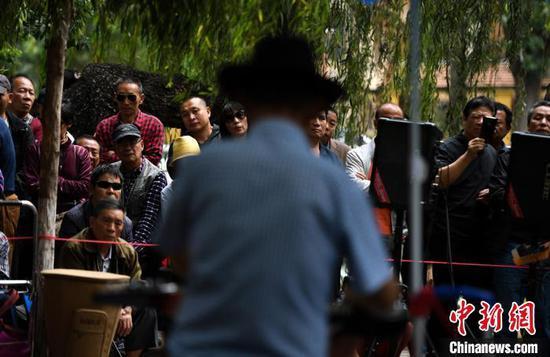 图为市民观看乐队演出。 康平 摄