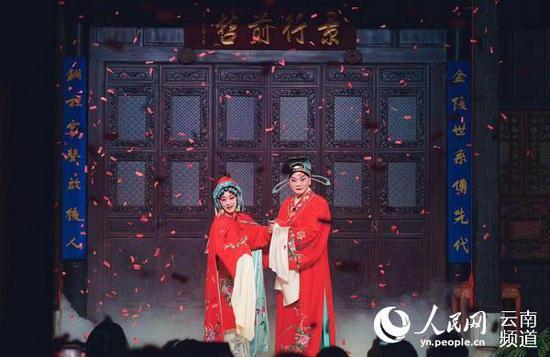 入夜,马家大院内正在表演京剧。供图