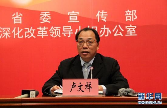 云南省发展和改革委员会党组成员、副主任卢文祥介绍相关情况。(新华网 念新洪 摄)
