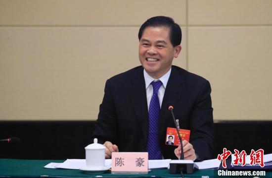 全国人大代表、云南省委书记陈豪回答记者提问。