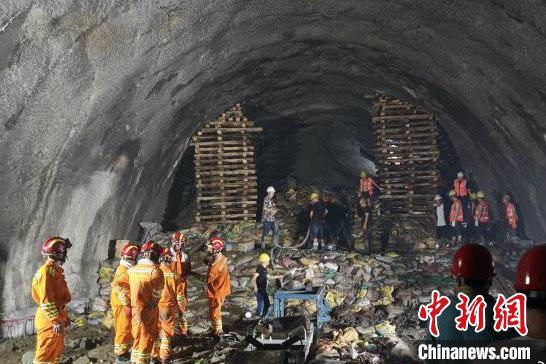 图为事故救援现场。图片来自中共云南省委宣传部官方微博
