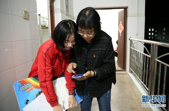 和学生在一起时,表面严厉的张桂梅,也会露出温暖的一面(2019年10月16日摄)。新华网 赵普凡 摄