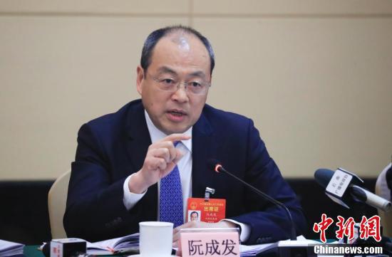 全国人大代表、云南省省长阮成发回答记者提问。