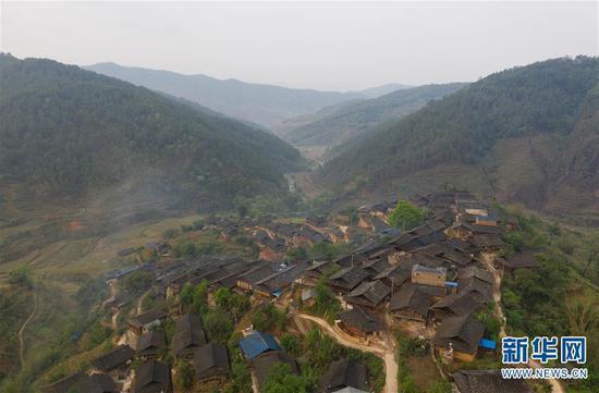 这是4月7日无人机拍摄的板江村。 新华社记者 江宏景摄