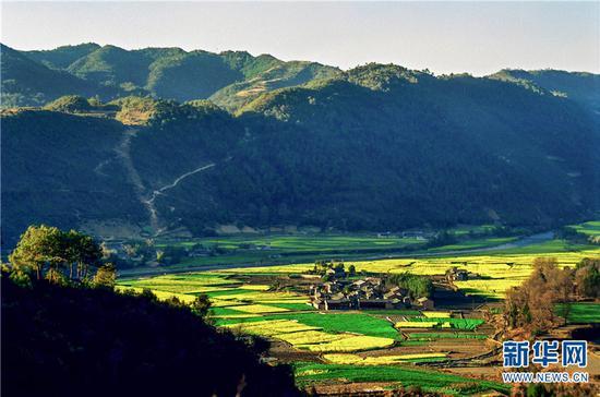 高黎贡山下的山村。新华网发(艾怀森 摄)