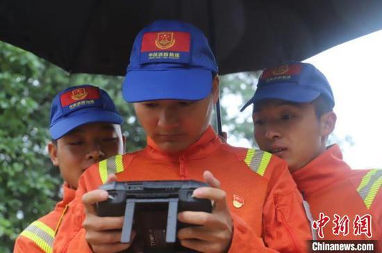 图为监测人员监测亚洲象。 云南省森林消防总队供图