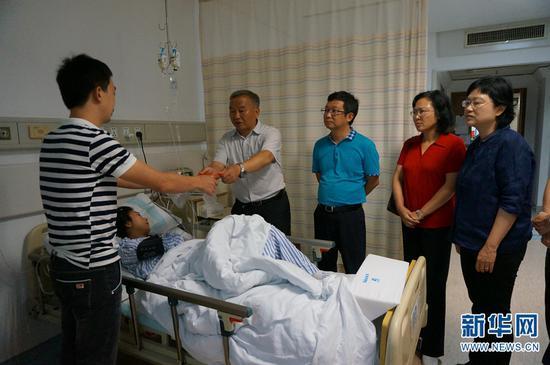 慰问组到医院看望龚成满。