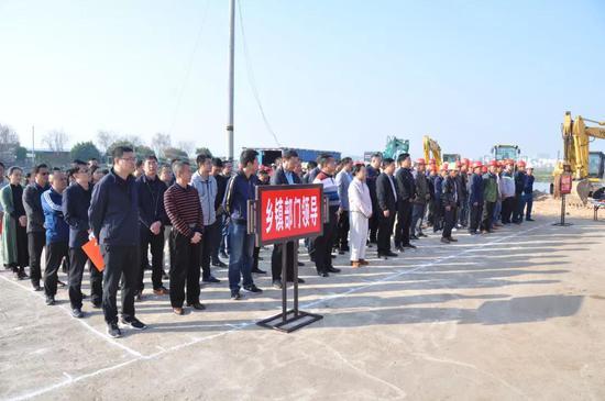 各乡镇、县属各部门及项目业主、建筑工人代表参加开工仪式