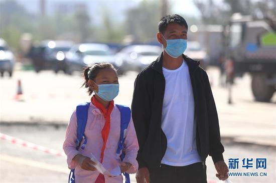 吉好也求带着女儿吉好有果到四川西昌市天立国际学校报道。吉好有果今年上小学四年级(4月20日摄)。 新华社记者 江宏景 摄