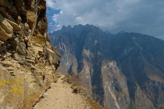 悬崖上的羊肠小道。