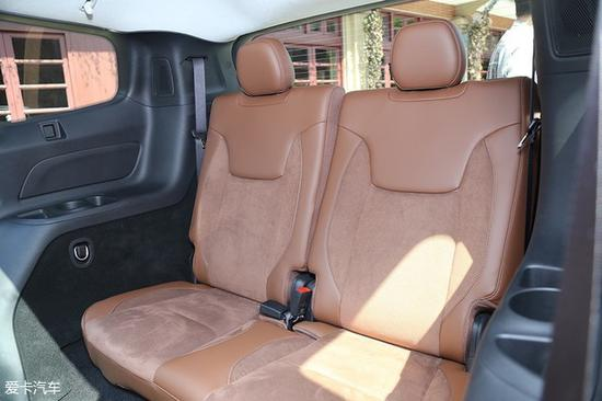 设计人员在设计广汽菲克Jeep大指挥官时希望车上每个乘员都能有更好的乘坐体验,因此第三排座椅在设计上也基本按照正常座椅的标准进行。