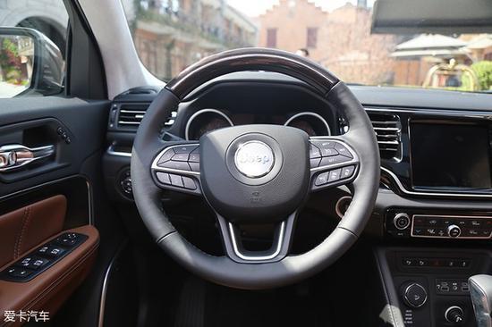 方向盘依旧是Jeep统一的设计风格,尺寸偏大也较为粗壮。多功能按键设计在两侧较易操作的区域,当然音量控制按键还是在方向盘后方。