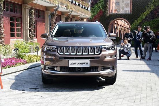 广汽菲克Jeep大指挥官的车头设计十分沉稳,具有非常典型的Jeep家族造型特征,而经典元素与创新设计的融合也十分完美。
