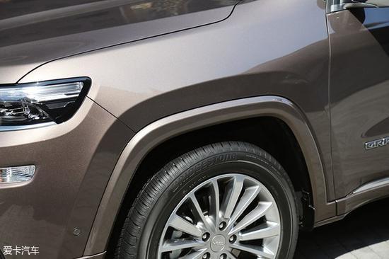 与其它Jeep车型一样,广汽菲克Jeep大指挥官同样采用了梯形轮拱的造型,这是Jeep车型历来不变的传统。