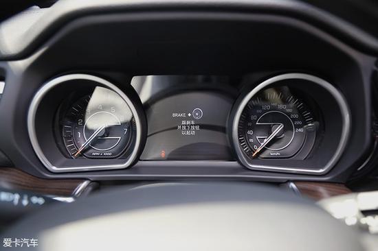 广汽菲克Jeep大指挥官没有采用全液晶仪表盘,而是保留了传统机械式的表盘配合中央的液晶屏幕,中央液晶屏幕的尺寸为7英寸。