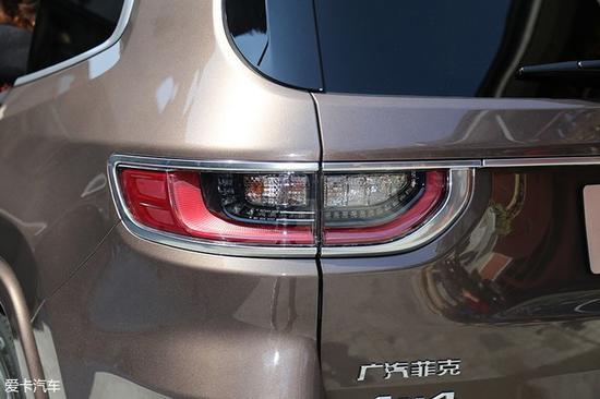如果仔细观察,我们不难发现广汽菲克Jeep大指挥官的车尾拥有着许多装饰性元素,但是这些元素并不显得喧宾夺主。广汽菲克Jeep大指挥官的LED尾灯尺寸很大,并且外圈附有镀铬装饰。
