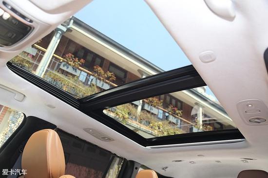 广汽菲克Jeep大指挥官的全景天窗尺寸也非常值得一提,这样大尺寸的天窗使得阳光足以惠及第三排乘客。