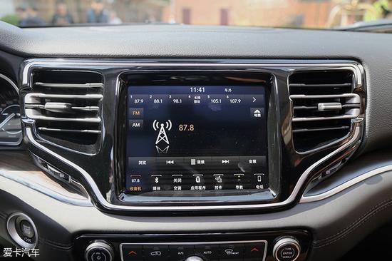 广汽菲克Jeep大指挥官搭载了8.4英寸多媒体液晶屏幕,整个液晶屏和两侧的空调出风口融为一体。该车也同样采用了市场上饱受好评的Jeep Uconnect多媒体系统。
