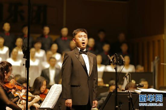 歌唱家赵鹏程激情演绎《大河情思》。新华网 丁凝 摄