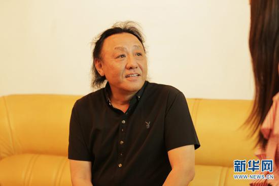 作曲家周虹接受记者采访。新华网 丁凝 摄