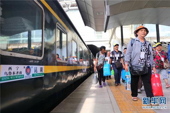 旅客在车站有序上车