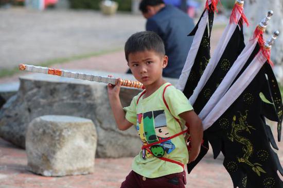 周汝文的孙子在表演张飞唱白 新华社记者孙敏摄