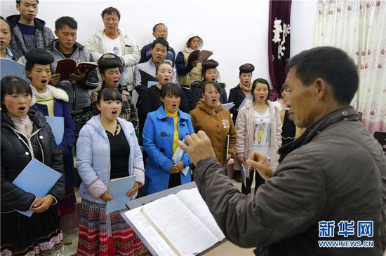 每天晚上,村民都自发聚在一起排练唱歌。新华网 罗春明 摄
