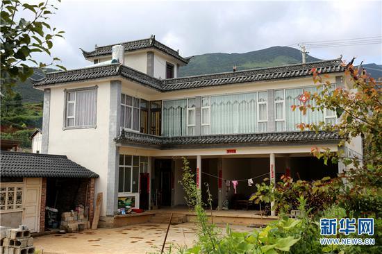 村民将二楼装修好居住,一楼用来存放粮食。新华网 普凡 摄