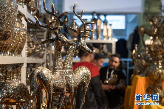 参观者在第5届中国—南亚博览会巴基斯坦展区选购商品。(新华社记者 胡超 摄)